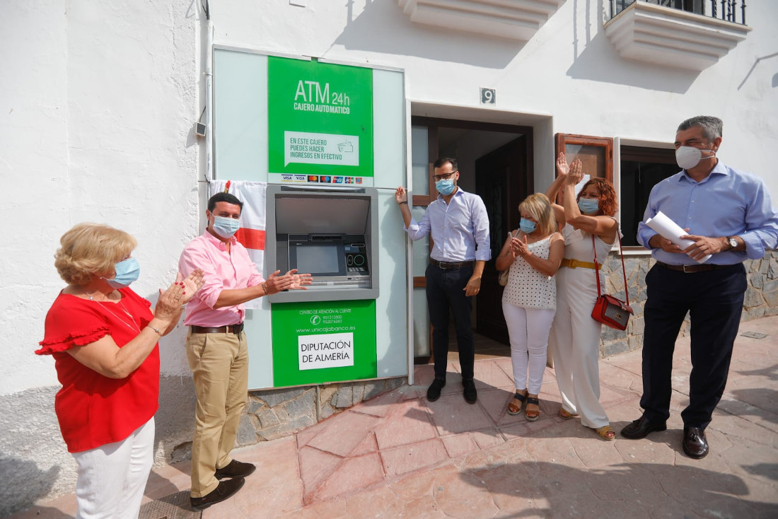 Unicaja Banco, together with Diputación de Almería, installs ATMs in villages with no bank branches to avoid financial exclusion